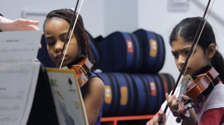 girls playing vio;in